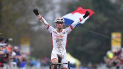 Probleem bij fietswissel kan Van der Poel niet afstoppen, hij wint in Nommay en steekt de Wereldbeker op zak