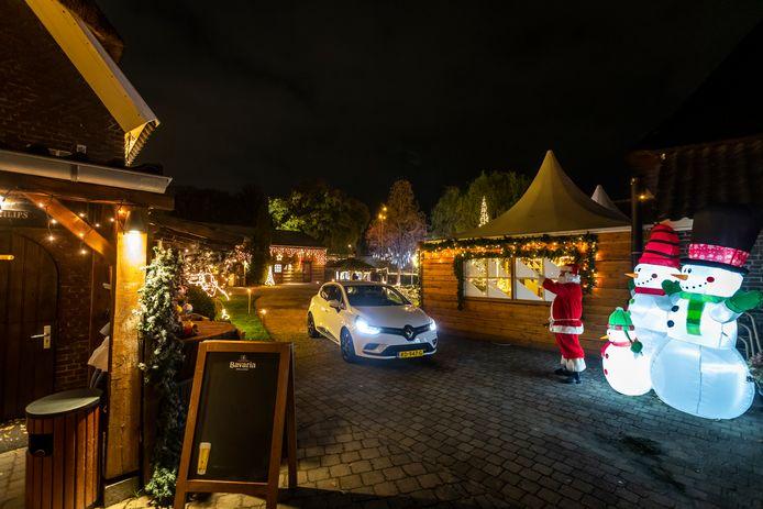 Restaurant de Mispelhoef heeft een Winterwonderland drive-through gemaakt. Het terrein is omgetoverd in kerstsferen.