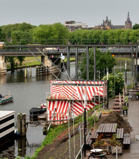 Woontorens van zeventig meter hoog rond waterplein met nieuwe lage Diezebrug in Bossche Stadsdelta