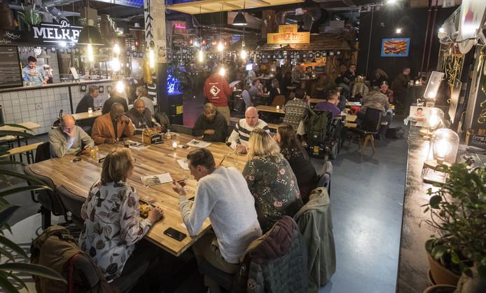 Gezellig tafelen of wat drinken in een informele setting, dat kan bij de Twentsche Foodhal