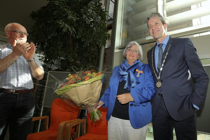 Nelie van Wijk met burgemeester Hans van der Pas van Rhenen.