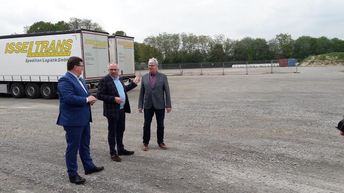 Transportondernemers Arno Stockhorst (links) en Stockhorst sr. laten CU-europarlementarier Peter van Dalen de plek zien waar de bewaakte parkeerplaats met overnachtingsmogelijkheid naast het bedrijfsterrein van Isseltrans wordt aangelegd.