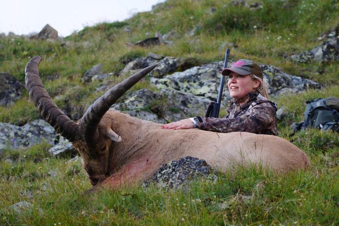 Jager Debby Smit (Sint Willebrord) bij een door haar geschoten koebantoer, in de Kaukasus. FOTO CONNY DE JONG
