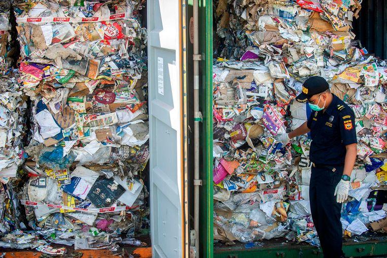 Deze containers met afval afkomstig uit Australië gaan retour afzender. Ze hadden alleen oud papier mogen bevatten, maar bij een inspectie werden ook gevaarlijke stoffen en huishoudelijk afval aangetroffen. De Indonesische douane in Soerabaja besloot daarop de meer dan 210 ton vuilnis terug te sturen. Beeld AFP