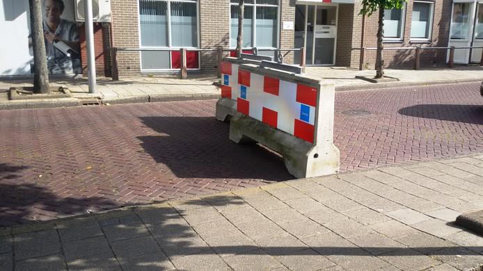 De roadblocks die moeten voorkomen dat zomaar iemand het gebied binnen kan rijden.