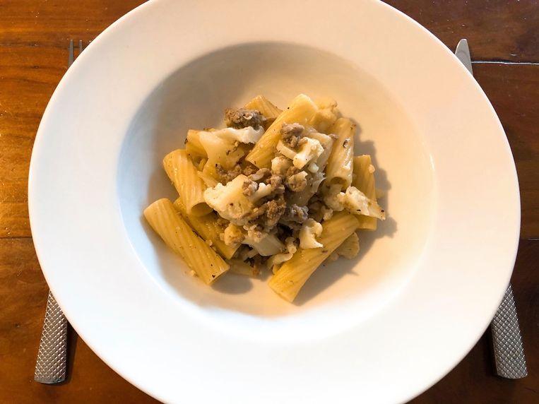 Pasta met bloemkool en vlees van worstjes. Beeld  Onno Kleyn