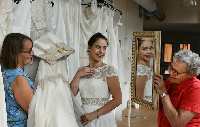 Bruidsjurken Utrecht.Amerongen Leeft Sprookje Van De 61 Geschonken Bruidsjurken