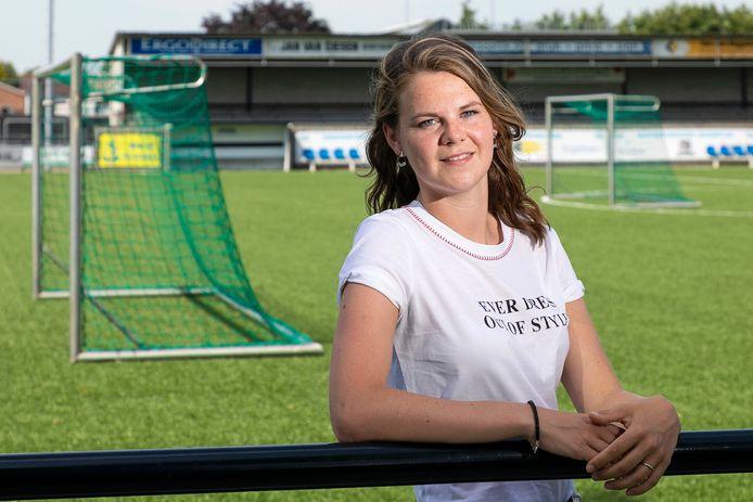 Evita Schippers op het hoofdveld van DSC in Kerkdriel  waar ze zelf begon met voetballen. Inmiddels woont ze in Tilburg.