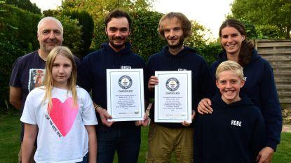 Jurgen en Stijn hebben hun certificaat van het wereldrecord airhockey nu ontvangen