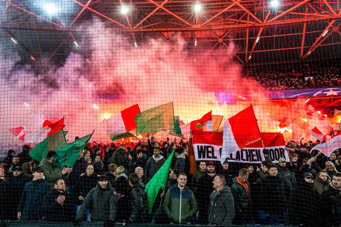 In de laatste minuten van Feyenoord - Napoli steken Rotterdamse supporters vuurwerk af.