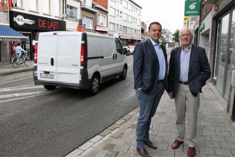 Staatssecretaris Philippe De Backer met districtsschepen Pol Bruyninckx, die van de Dorpstraat een verkeersvrije winkelstraat wil maken.