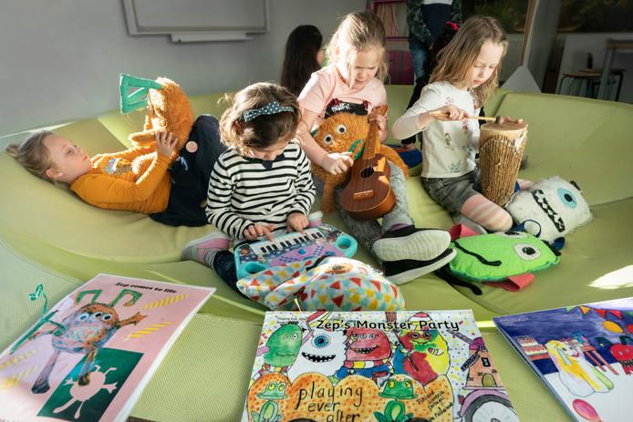 Liv Kennis, Sofia van Dijk, Jasmijn Waijers en Noëlla Rienstra (vlnr) temidden van de monsters die een cruciale rol spelen bij de Engelse les voor kleuters op Kindcentrum Caleidoscoop in Empel.