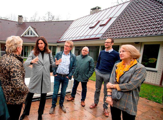 VVD-lijsttrekker Monique van Haaf bij de Statenverkiezingen (tweede van links) krijgt uitleg over bouwplan Aan de Weuste.