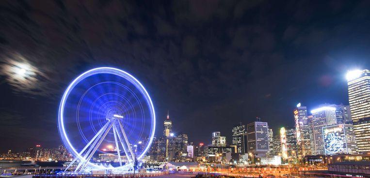 Hong Kong opende vrijdag het nieuwe reuzenrad The Hong Kong Ferris Wheel voor publiek. Beeld Johannes Eisele
