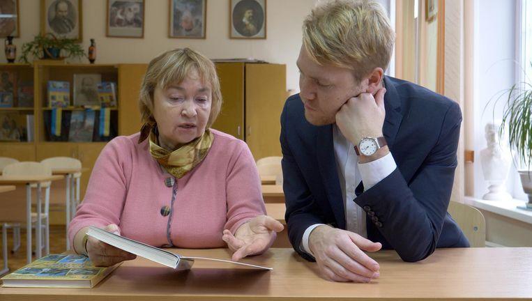 Erik Ex overlegt met een Oekraïense geschiedenisdocente. Beeld de Volkskrant