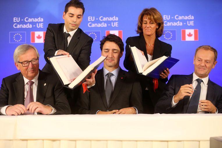Jean-Claude Juncker, Justin Trudeau en Donald Tusk tijdens de EU-Canada-top in 2016, waar de Ceta werd ondetekend. Beeld BELGA