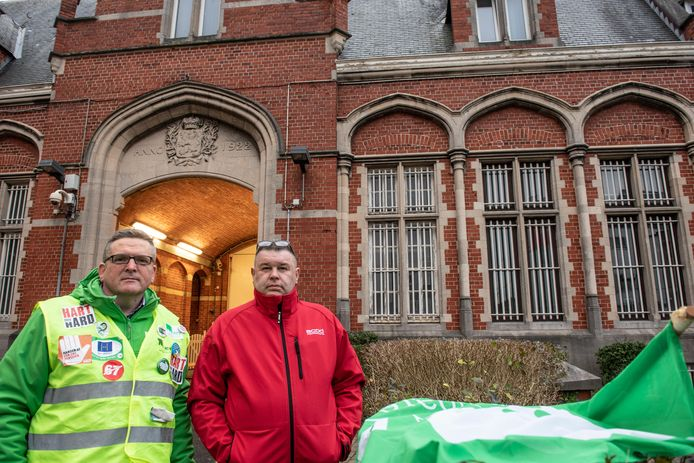 Bart Derck (ACV) en Gino Dupunt (ACOD) aan de poort van de gevangenis in Oudenaarde.