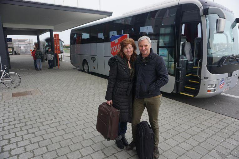 Reizigers, zoals Natascha Sougnie en Ronny Slembrouck, werden naar Zaventem gevoerd met bussen. Dat bleek achteraf toch niet nodig.