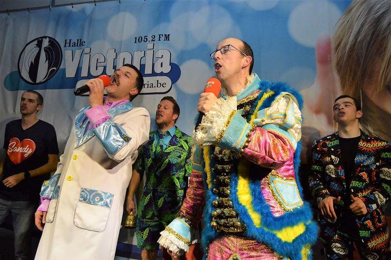 Ronny de Facteur en den Belleman toen ze als nummer 1 van de Carnaval Top 100 hun liedje 'Dein Stoeme Ee Verneir' zongen in 2018.