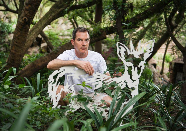 Kunstenaar James Delaney (op foto) genereerde aandacht voor het gebied door middel van kunst: beelden van dieren. Beeld Bram Lammers