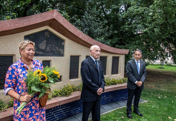 Indië-veteraan Leo den Boer (midden), Marjet Pals (LST) en burgerraadslid Humphrey Martherus tijdens de herdenking