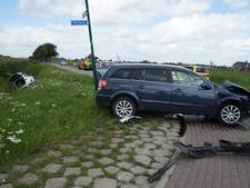 Auto in sloot na ongeval op Duylweg Almkerk; drie gewonden