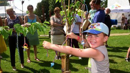 Kinderen hangen tutjes in speciale boom