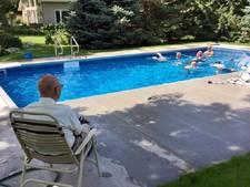 Eenzame weduwnaar (94) bouwt zwembad voor hele buurt in achtertuin