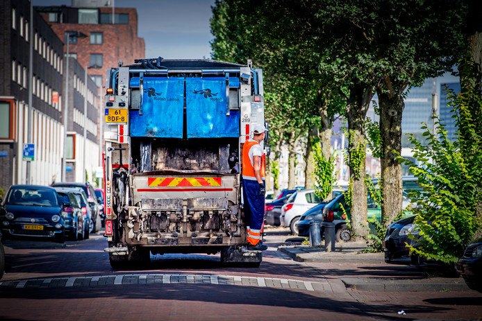 Met een vuilniswagen worden de kliko's geledigd.