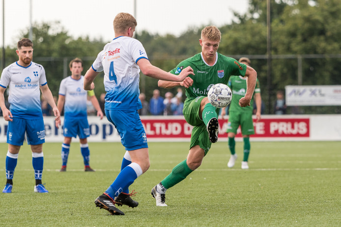 Zian Flemming (rechts) scoort ook in de oefenwedstrijd tegen ZAC drie keer, maar vindt zichzelf vooralsnog niet terug bij de eerste elf van PEC Zwolle-trainer John Stegeman.