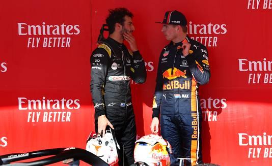 Verstappen praat met zijn oude teamgenoot Daniel Ricciardo