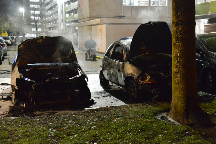 Beide wagens brandden volledig uit.