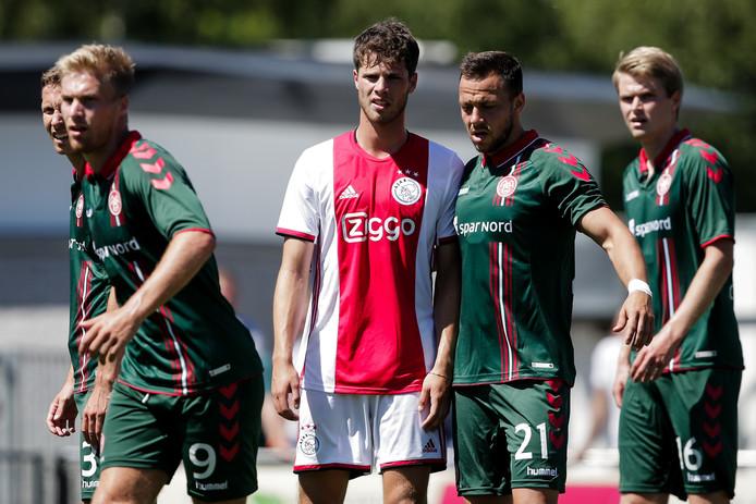 Kik Pierie (m) in actie tegen Aalborg.