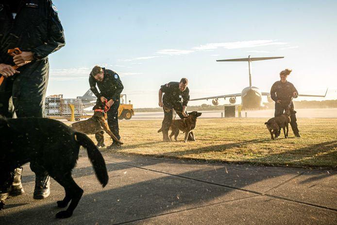 Leden van de Nederlandse reddingsploeg Urban Search and Rescue (USAR) voor hun vertrek naar Libanon op vliegbasis Eindhoven.