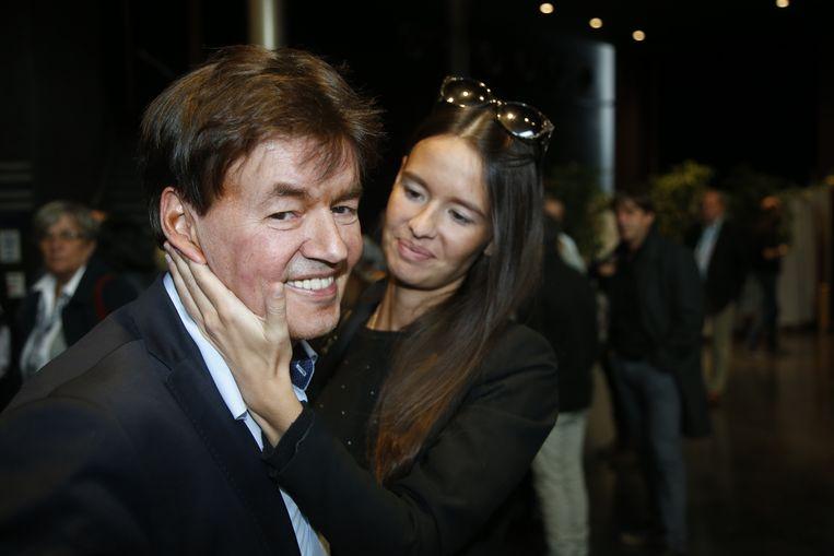 Saphia Wesphael vliegt haar vader Bernard om de armen, na de vrijspraak in het assisenproces.