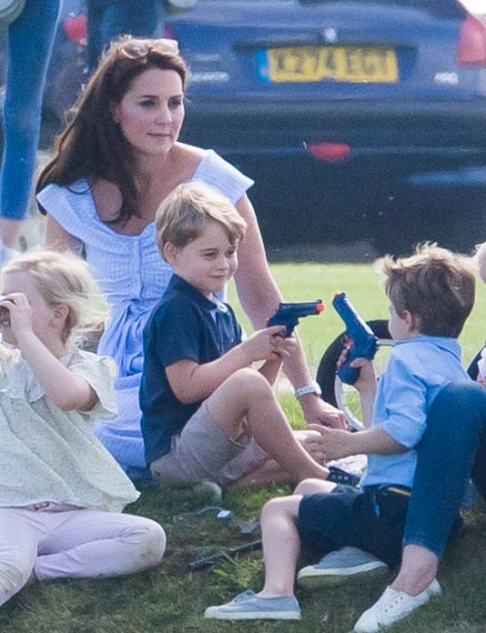 Prins George speelt met zijn vriendje en hun plastic wapens.