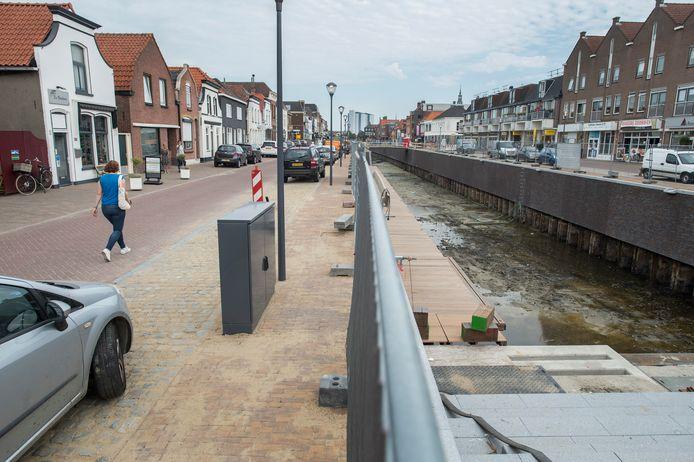 Het werk schiet op. Links het ruime looppad aan de Noordhaven, waar auto's ook 'welkom' zijn. Rechts voor een deel van de ruime trap naar het water.