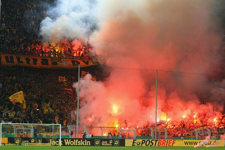 Fans van Dynamo Dresden staken tijdens de wedstrijd zwaar vuurwerk af.