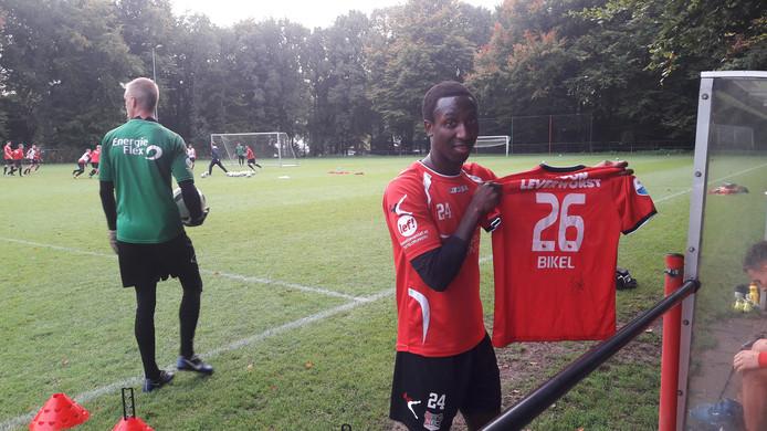 Janio Bikel signeerde op de training van NEC een shirt uit zijn SC Heerenveen-periode voor een goed doel.
