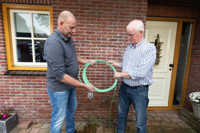 Gert Stam (l) en Hans Meijer van Dorpsbelangen Belt-Schutsloot voelt zich flink lullig nu blijkt dat inwoners van andere dorpskernen gratis worden aangesloten op glasvezel. Twee jaar geleden probeerde Dorpsbelangen zo veel mogelijk mensen uit Belt-Schutsloot een aansluiting van 1.900 euro aan te laten leggen.