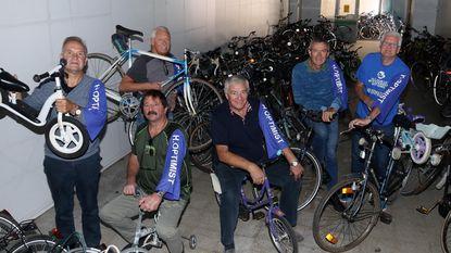 Zes gepensioneerde vrienden verschepen 200 fietsen naar Senegal