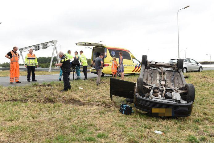 Een auto sloeg woensdagmiddag over de kop op de verbindingsweg van de A12 naar de A2 bij knooppunt Oudenrijn