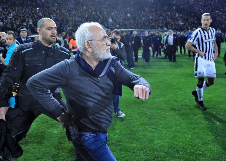 Ivan Savvidis, voorzitter van PAOK, stormt het veld op, revolver in de achterzak.