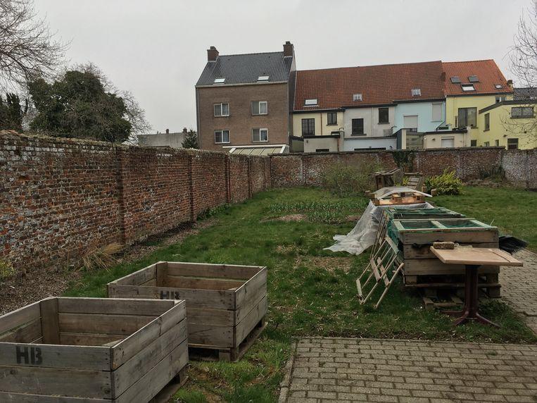 In de tuin van het oude vredegerecht beheren buurtbewoners momenteel een volkstuintje.