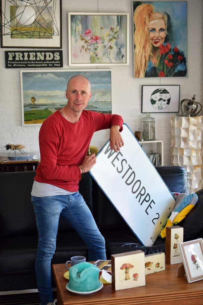 Stefan Joos, thuis in Westdorpe, met op de voorgrond producten van zijn nieuwe hobby, grappige natuurschilderingen maken.