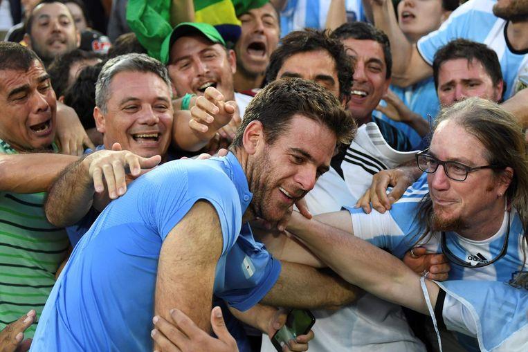Del Potro viert zijn overwinning tegen Nadal met Argentijnse fans. Beeld afp