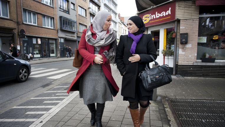 Leila Raehani (links) en Karima Boulafdal lopen na de lunch in snackbar Sinbad terug naar hun werk. Beeld An-Sofie Kesteleyn / de Volkskrant