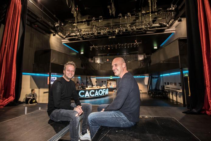 Maarten Saris (links) en Joop Vos op het podium in De Cacaofabriek.