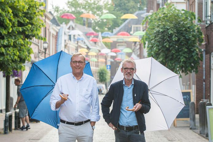 Jos Maessen en Henk Karelse zijn initiatiefnemers van de paraplu's die nu het winkelhart van IJsselstein kleuren.