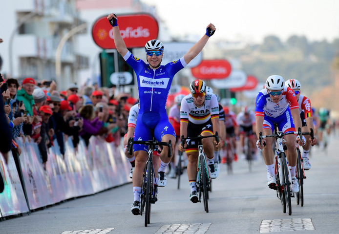 Fabio Jakobsen komt juichend over de finish.